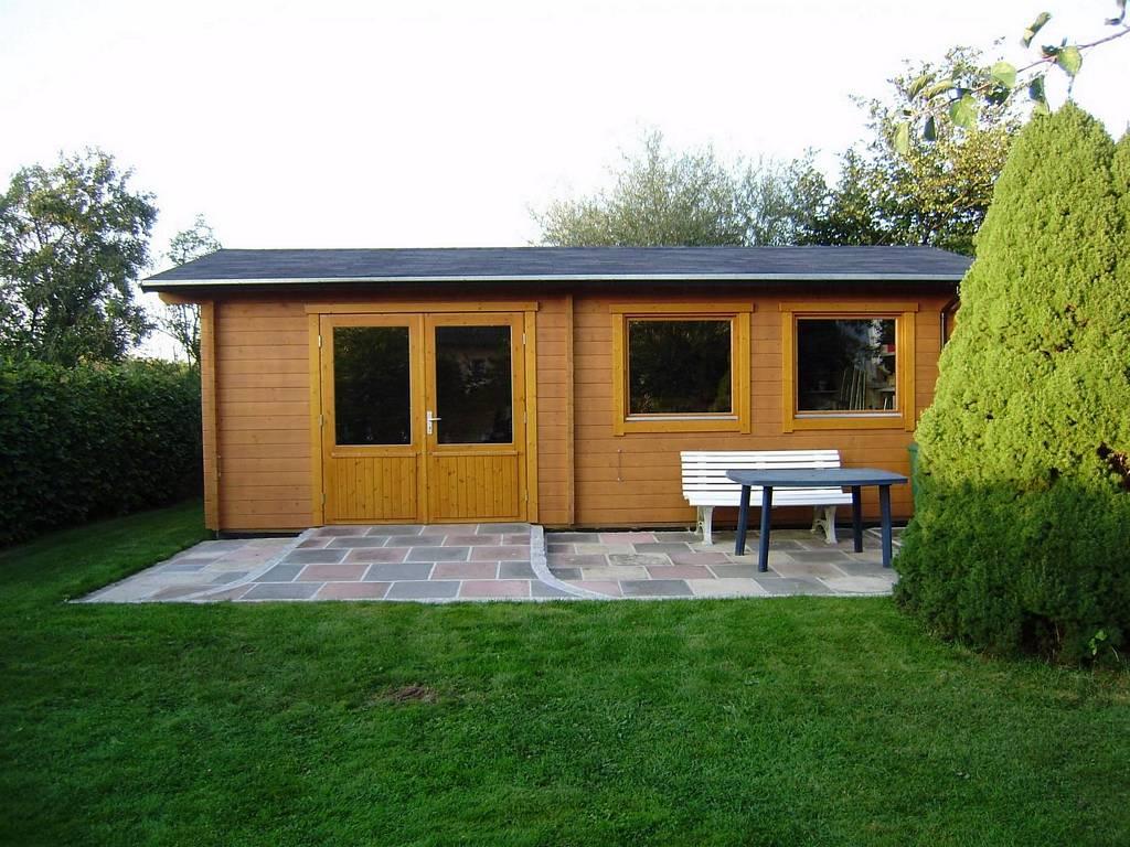 Gemütliches Gartenhaus mit Holzunterstand