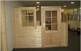 Blockhaus bauen -  Holztür und Holzfenster